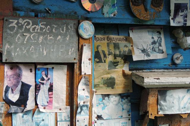 На фасаде «землянки» много наклеек и вырезок, в том числе с изображениями ярославских политиков.