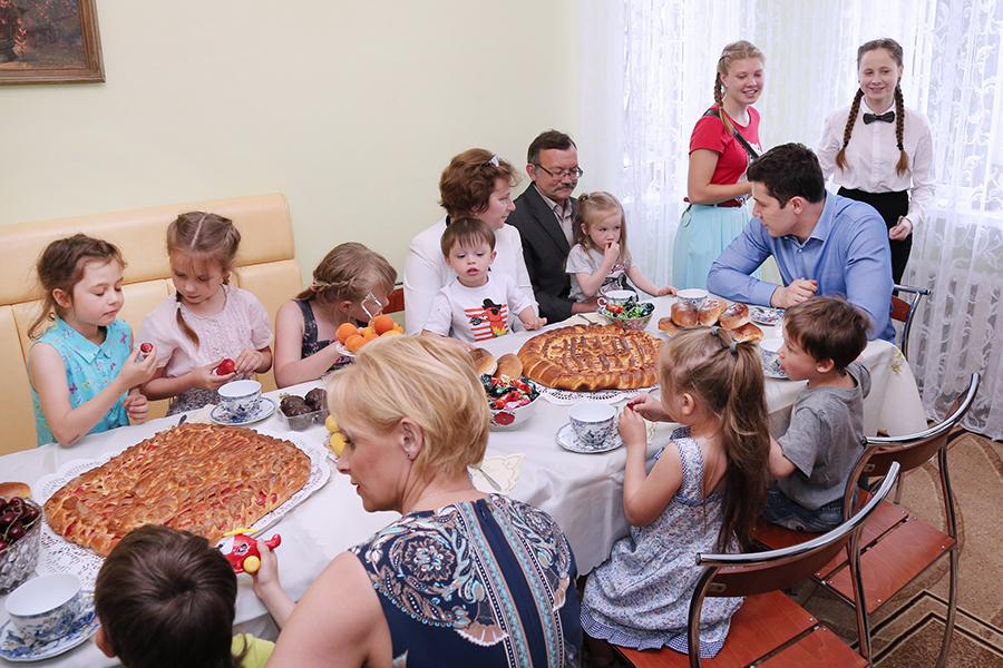 В гостях у семьи Хрипунковых - глава региона Антон Алиханов.