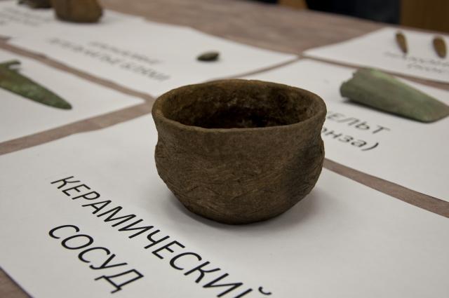 Сохранились в могильнике предметы домашнего обихода.
