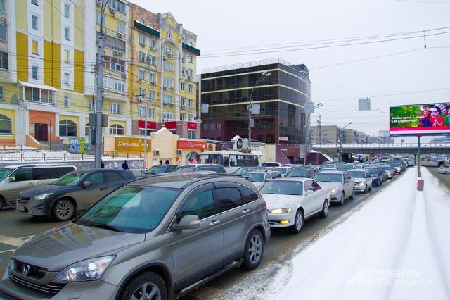 После 18:00 город опять стали сковывать пробки.