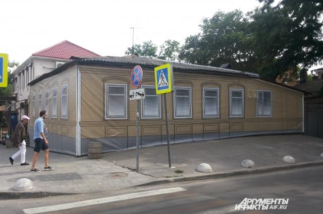 Бывший купеческий дом на улице Баумана в Ростове-на-Дону попал под баннер из-за своего неприглядного вида.