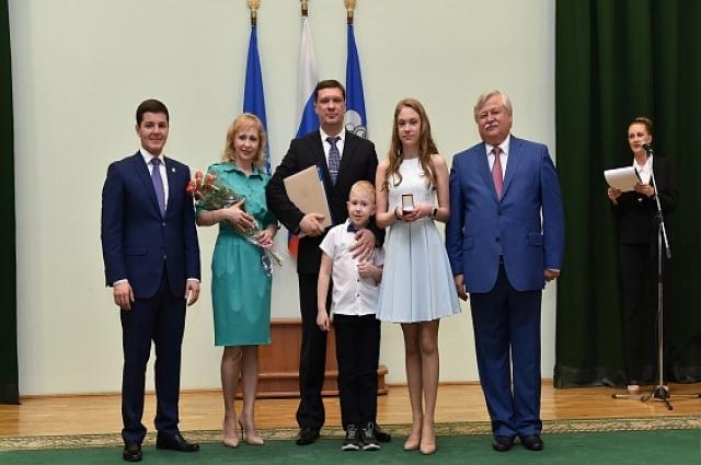 Награждение выпускников по традиции состоялось в зале заседаний администрации