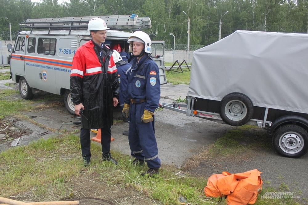 Сотрудники нефтебазы рассказывают прибывшим на помощь сотрудникам МЧС о текущей ситуации.