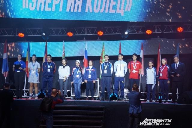 Участники фестиваля дают спортивную клятву.