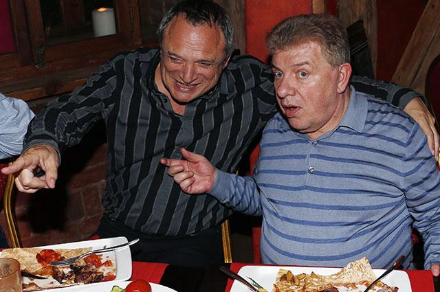 Актер, юморист, участник команды КВН «Одесские джентльмены» Олег Филимонов (справа).