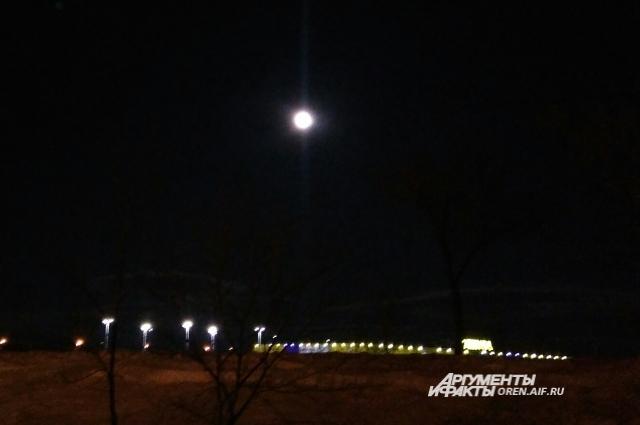В разных районах города Луна смотрится по-разному.