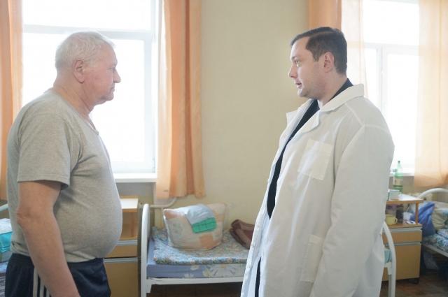 Алексей Островский (справа) общается с одним из ветеранов в госпитале.