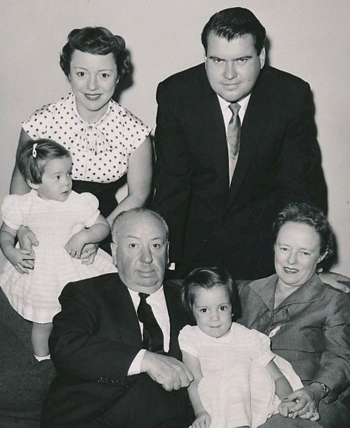 Альфред Хичкок с супругой Альмой Ревиль, дочерью Патрицией, её мужем и детьми.