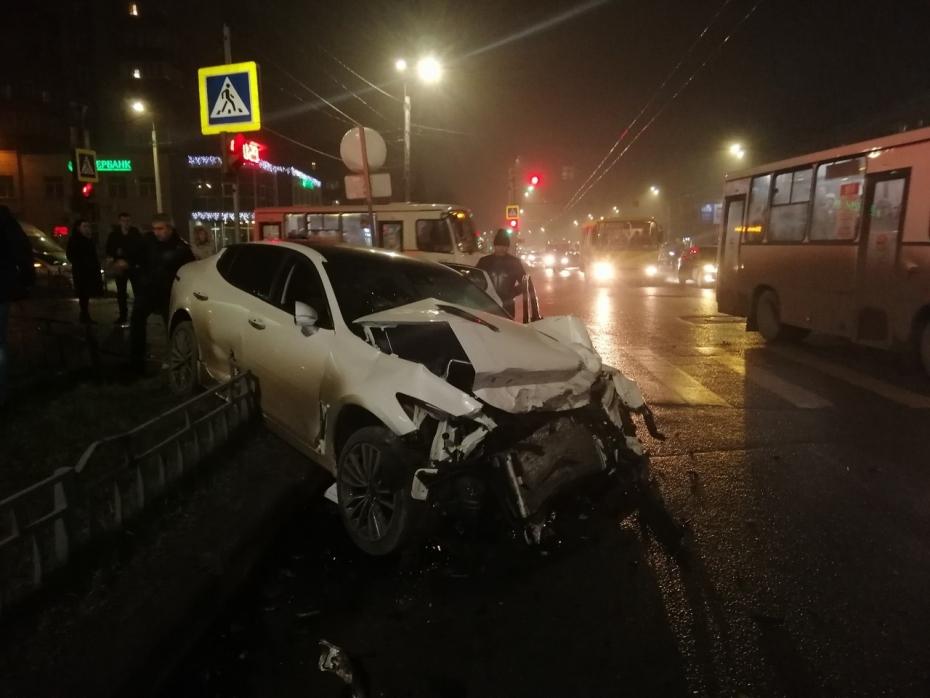 Летящая машина покалечила женщину, переходившую дорогу