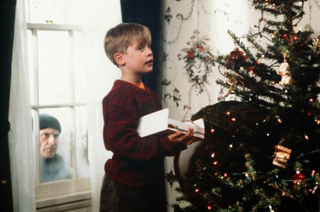 Не открывай дверь никому! Это работа родителей. Если их нет дома - тем более не открывай!