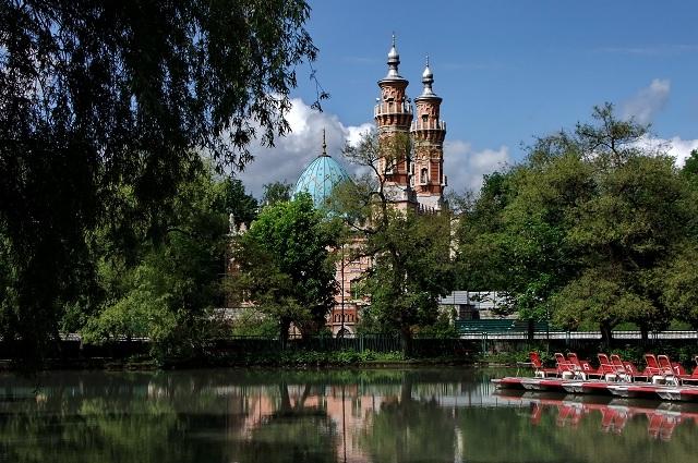Набережную украшает старинная мечеть.