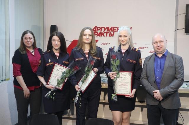 Шеф-редактор «АиФ-Петербург» Сергей Хорошавин и выпускающий редактор «АиФ-Петербург» Дарья Алимпиева с победительницами.