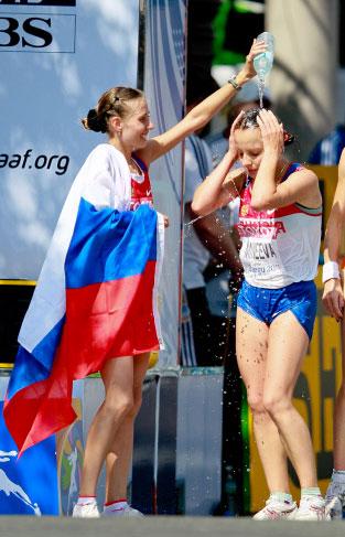 Ольга Каниськина и Татьяна Минеева на финише дистанции соревнований по спортивной ходьбе на 20 км на Чемпионате мира по лёгкой атлетике 2011 в Тэгу