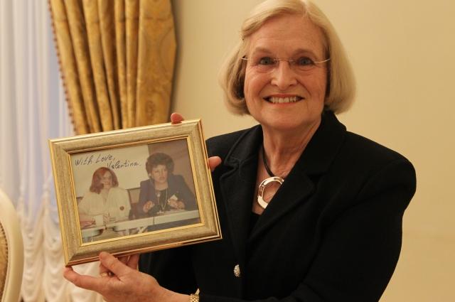 Сара Хардер привезла из США и подарила Валентине Ивановне их совместную фотографию, сделанную 25 лет назад.