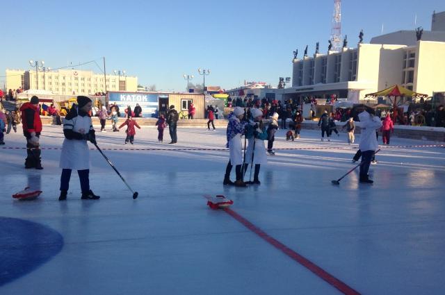 На катке можно было покататься на коньках или сыграть в пельменный кёрлинг.