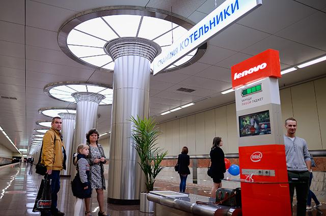 Пассажиры наоткрывшейся станции московского метрополитена «Котельники». Справа— стойка для зарядки телефонов ипланшетов.