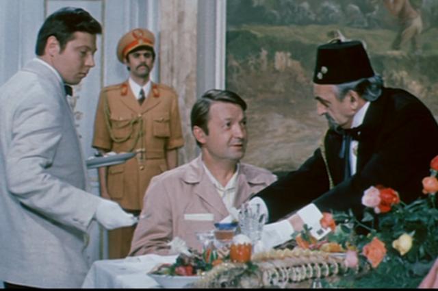 В комедии режиссёра Виллена Азарова Георгий Вицин исполнил роль мастера-парикмахера Алексея Тютюрина.
