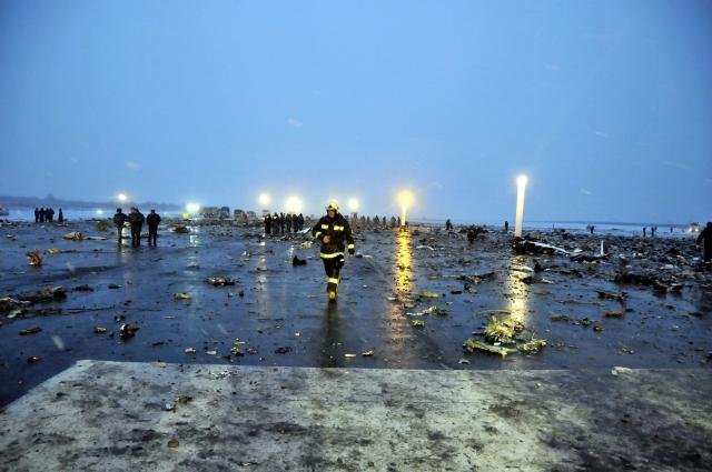 Спасатели двое суток расчищали полосу от обломков самолета.
