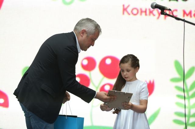 Игорь Янковский вручает награду  финалистке конкурса