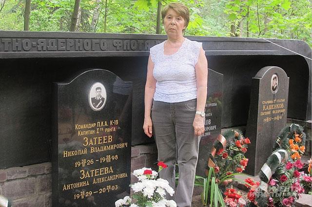 Дочь командира «К-19» Ирина Затеева рядом с могилой отца.