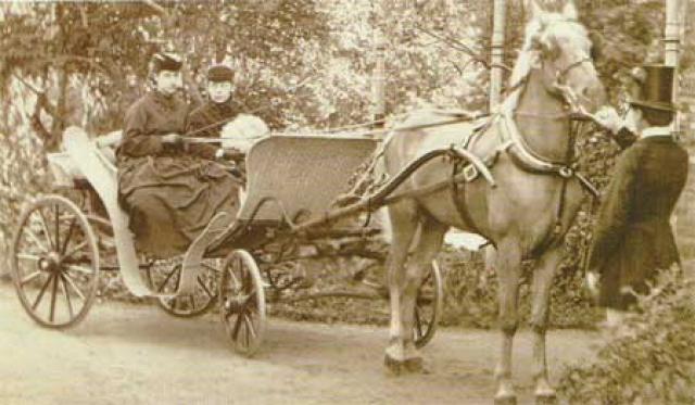 Княжна Мещерская и Александра Жуковская на прогулке в Царскосельском парке, 1865 год.