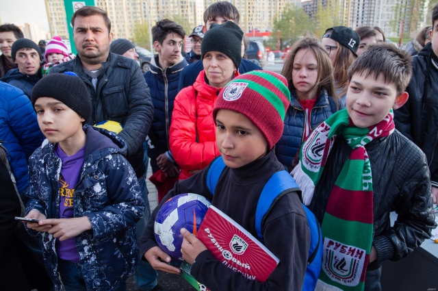 Юные фанаты футбола.