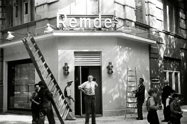 Так выглядело одно из берлинских кафе до войны.