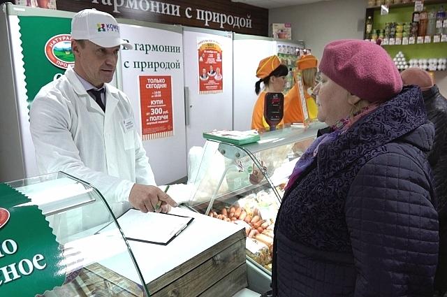 За прилавком — Дмитрий Кузнецов, управляющий ООО «Птицефабрика Вараксино».
