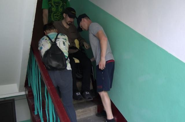 Спустить человека на инвалидном кресле с четвёртого этажа - настоящий подвиг.