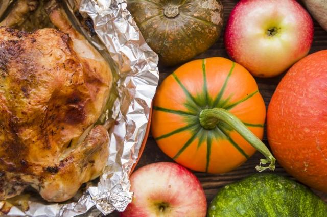 Яблоки придают курице особый аромат и вкус.