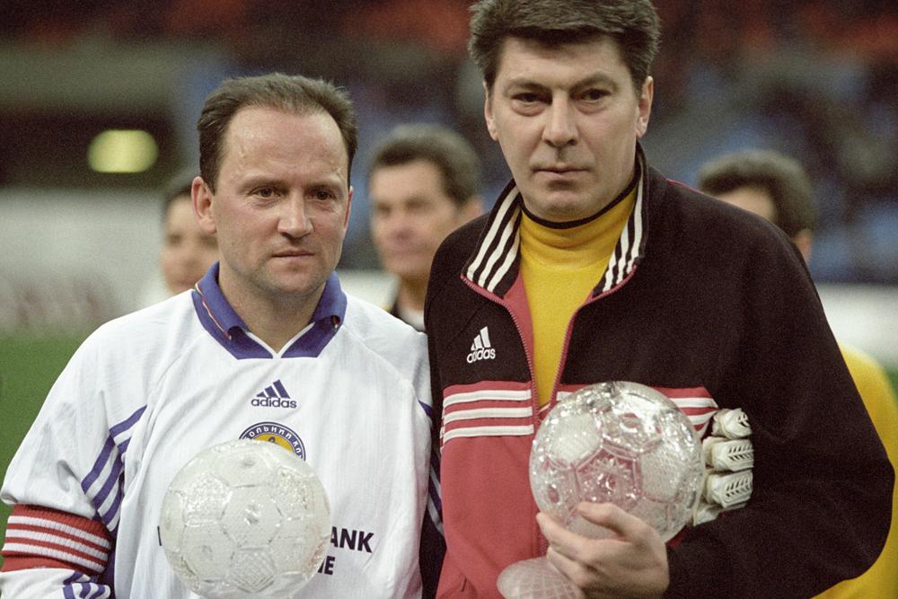 Ветераны футбола вратарь Ринат Дасаев («Спартак», Москва) (справа) и Игорь Беланов («Динамо», Киев) (слева).