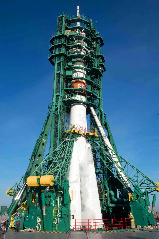Ракета-носитель «Союз-2.1а» скораблем «Союз МС-17» перед запуском на космодроме Байконур.