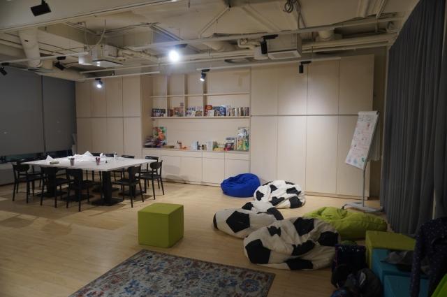 В учебном классе создана творческая обстановка.