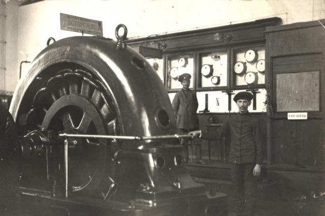 Благодаря вырабатываемому на первых станциях электричеству появилось уличное освещение и трамвай.