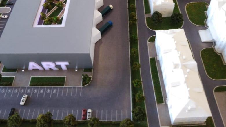 в первом варианте между центром и домом №1/106  была парковка и узкая и зеленая аллея.
