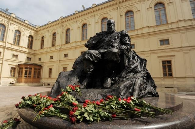 Памятник установлен в парадном дворе Арсенального каре Гатчинского дворца.