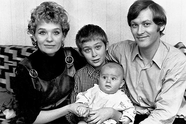 Светлана Светличная с мужем Владимиром Ивашовым и сыновьями Алексеем (старший) и Олегом. Начало 1970-х