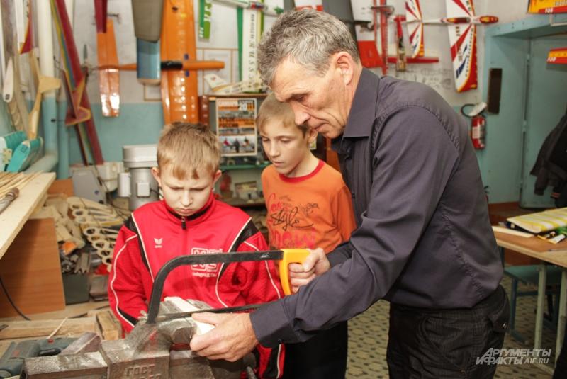 Николай Николаевич опасается, что через 20 лет авиамодельный спорт некому будет преподавать