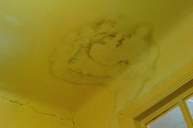 Жить  втаком доме опасно - потолки могут рухнуть в любой момент.