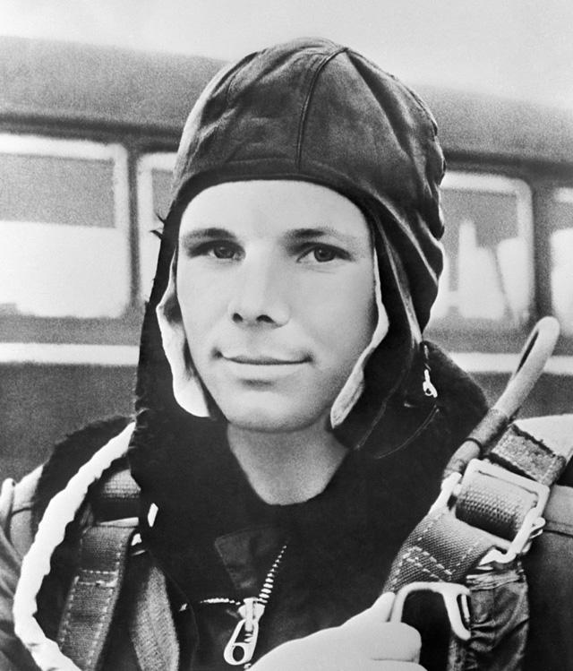 Герой Советского Союза, летчик-космонавт СССР Юрий Гагарин. Репродукция фотографии 1961 года.