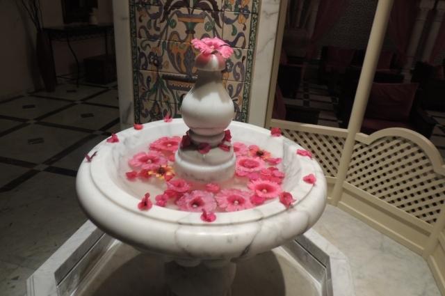 Лепестками цветов украшены интерьеры отелей.