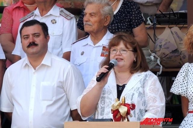 Директор средней общеобразовательной школы № 71 Светлана Чернявская уже много лет подряд открывает рекордные линейки.