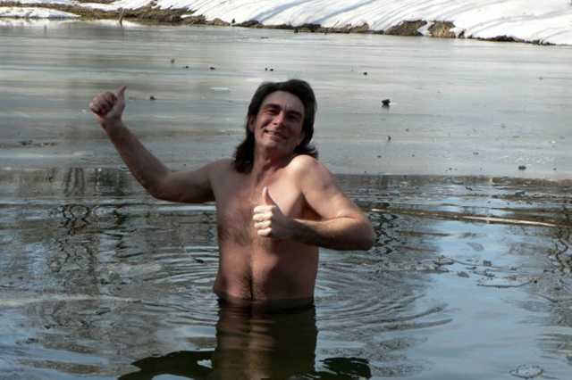 Виктор Бикинеев уверен, что плавание в холодной воде улучшает здоровье и продлевает жизнь.