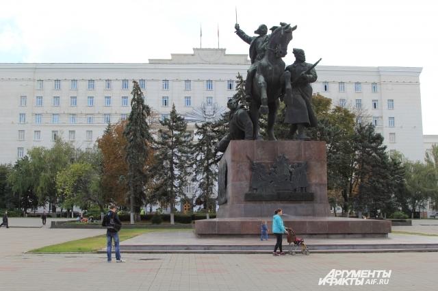 Тысячи автомобилей ежедневно подъезжают с зданиям исполнительной власти, создавая дополнительную нагрузку на дороги и исторический центр Ростова.