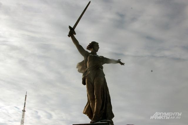 Один из символов Волгограда — статуя «Родина-мать зовет!»