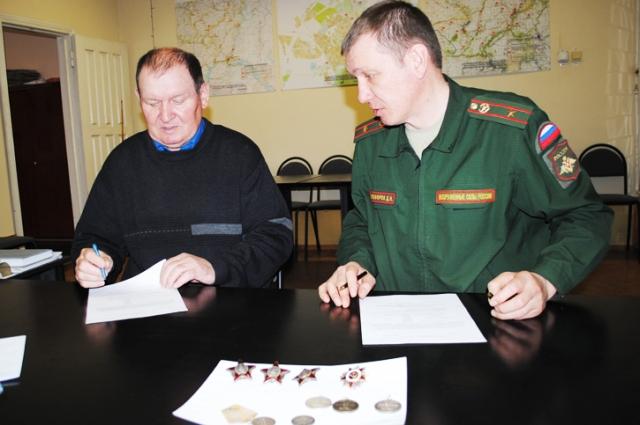 Анатолий Антонцев передал комиссару Михайловки девять фронтовых наград. Он просил поддержать его инициативу и вернуть награды, принадлежавшие героям.