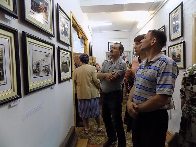Посетители осматривают экспонаты.