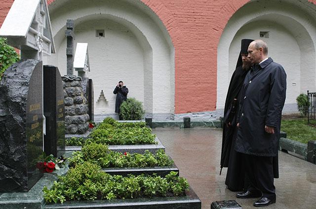 Владимир Путин во время возложения цветов к могиле русского военачальника Антона Деникина на кладбище Донского монастыря.