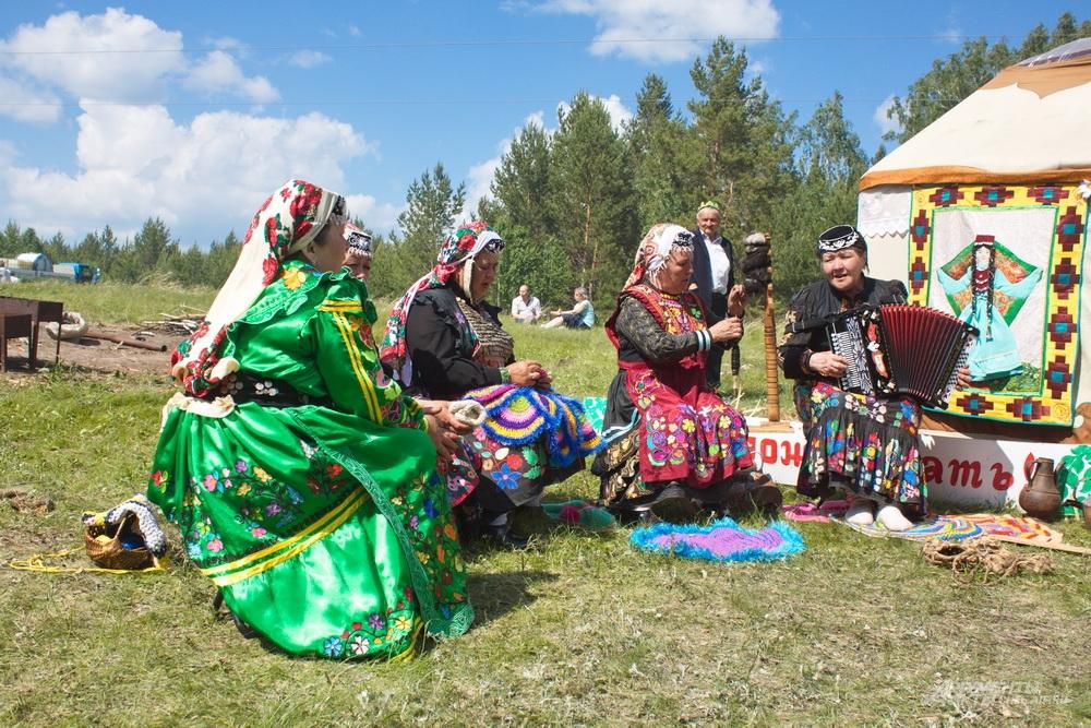 В Уральском поселении у каждого подворья можно было увидеть людей в ярких начиональных костюмах.
