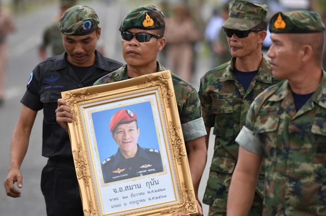 Военные держат портрет погибшего Самана Гунана.